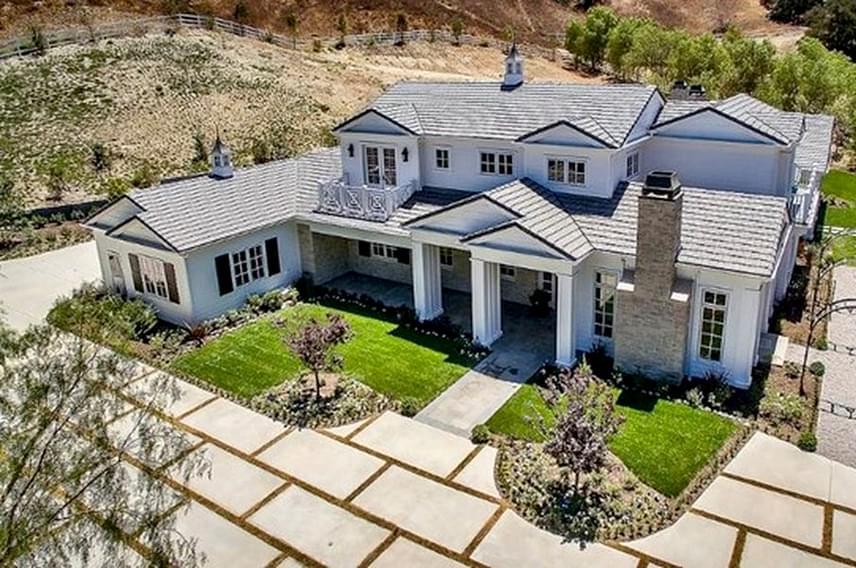 Íme, Kylie Jenner új otthona kívülről: a 650 négyzetméteres ház ízléses és nem hivalkodó, de nem nélkülözi a luxust.