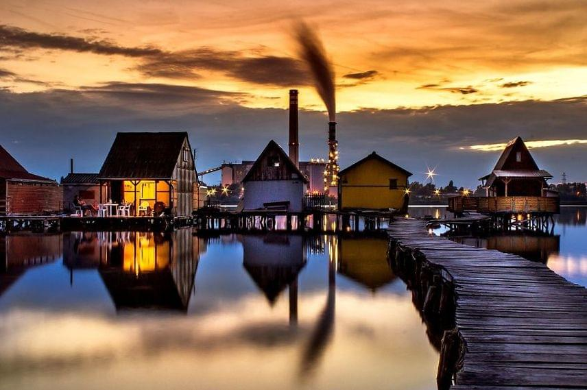 Nemcsak a turistákat, de a fotósokat is megragadja a vízre épült házak idilli látványa.