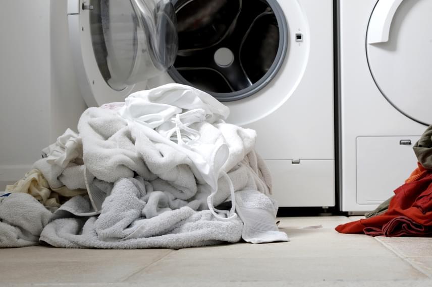 A tojáshéjat akár a mosáshoz is felhasználhatod, ha ugyanis a megtisztított héjat kis vászonzsákba teszed, majd ezt a mosógép dobjába rakod, mielőtt elindítod a gépet, hófehérré varázsolhatod a beszürkült vagy megsárgult textíliákat. Kattints ide, ha még többet szeretnél tudni!
