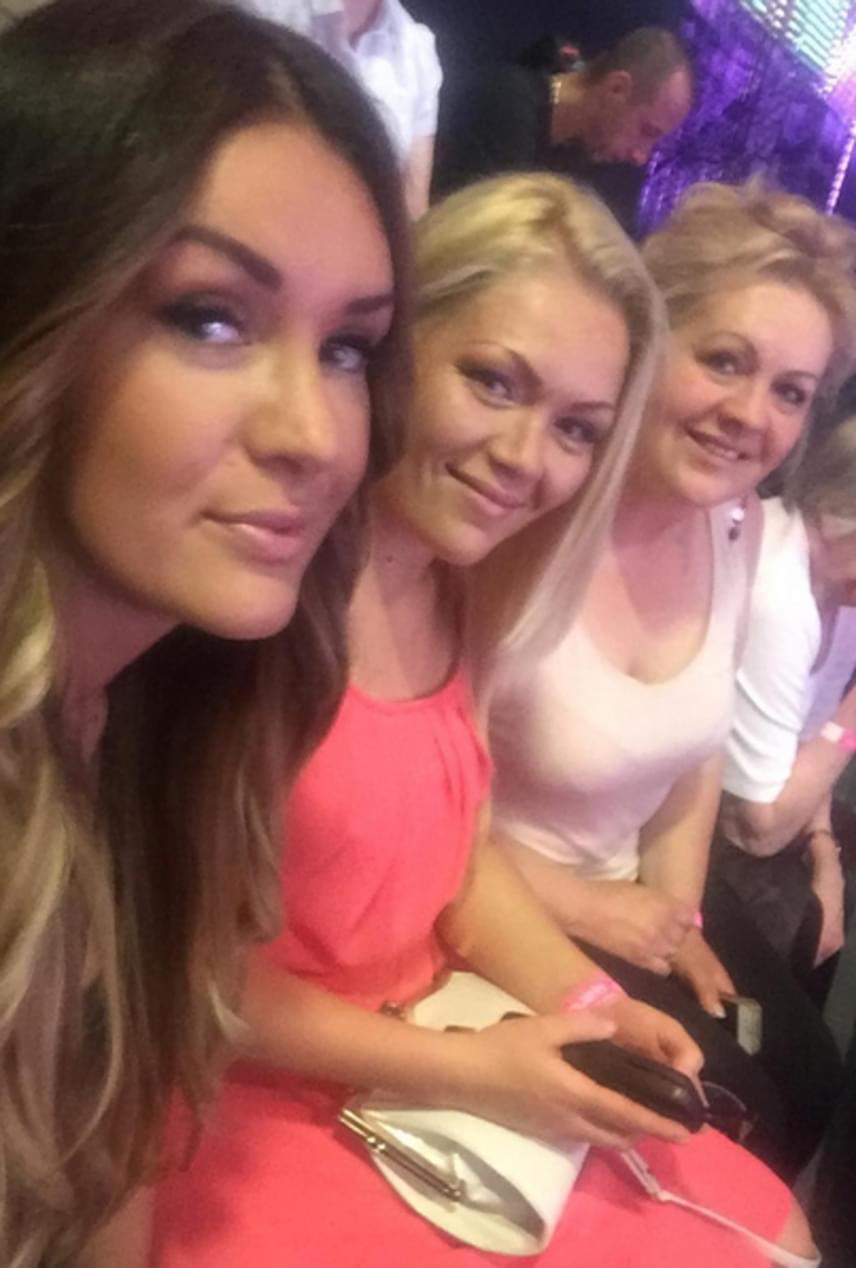 Hódi Pamela szépséges nővérével, Kittivel - középen - és édesanyjukkal látogatott el a TV2 stúdiójába. A 29 éves, szőke hölgyről ma már nehezen hisszük el, hogy pár évvel ezelőtt még 30 kilóval többet mutatott alatta a mérleg.