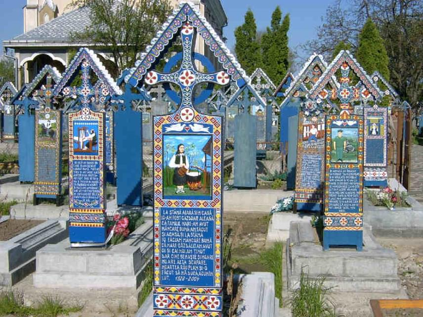 """Az ukrán határ közelében található Szaplonca község vidám temetőjéről híres. A sírokat egy helyi fafaragó készítette tölgyfából, majd kék olajfestékkel festették be őket, és verseket vagy humoros feliratokat jegyeztek fel rájuk. A fejfák képei mindennapi jeleneteket ábrázolnak az elhunyt életéből. Ízelítőként egy pár sor az egyikről, melyet Cseke Gábor fordított:                         """"Amíg világomat éltem                         Sok-sok disznyót megperzseltem                         Rengeteg húst is megettem                         Ez lehetett tán a vesztem.""""                         """"Neked Griga megbocsátok                         Bár a késed belémvágtad                         Mikor leszúrtál részegen,                         De eltemettél tisztesen"""""""