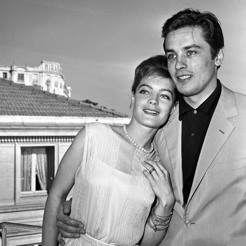 1960. március 10-én mutatják be a Ragyogó napfényt. Delon ezzel a filmmel világsztár lett, sorozatos elfoglaltságai miatt pedig rettentően nehéz volt összehangolniuk időbeosztásukat: a találkozások ritkulása állandó feszültséget, fájdalmat szült közöttük, mígnem Delon beleszeretett egy másik színésznőbe. Romy a hír hallatán depresszióba zuhant.