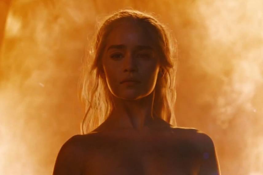 Emilia Clarke utoljára három évaddal ezelőtt szabadult meg a ruháitól, szülei mégsem örültek annak, hogy a legutóbbi részben megint meztelenül látták Daeneryst.