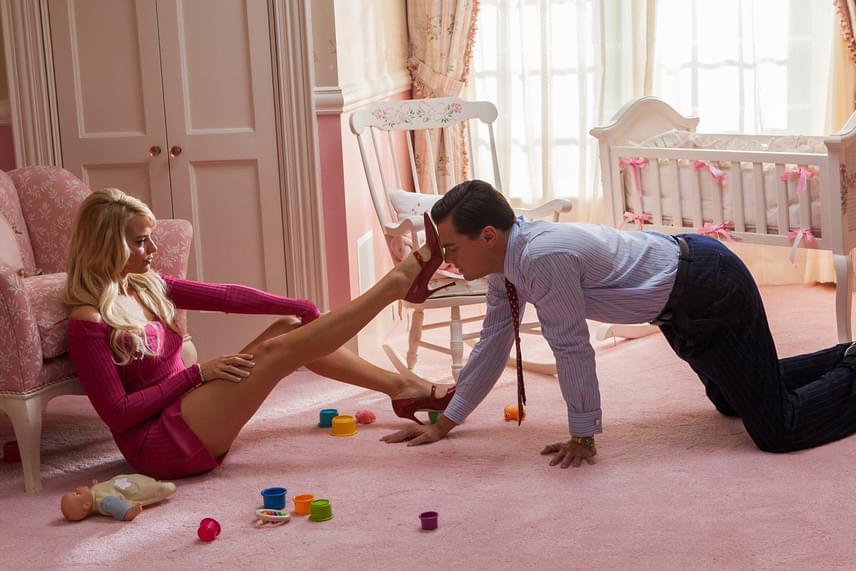 Margot Robbie családja sem örült, amikor megtudták, hogy lányuknak le kell feküdnie Leonardo DiCaprióval A Wall Street farkasa című filmben. A színésznő azóta is állítja nekik, hogy nem ő szerepel a felvételeken, csupán egy testdublőr, némi számítógépes rásegítéssel.