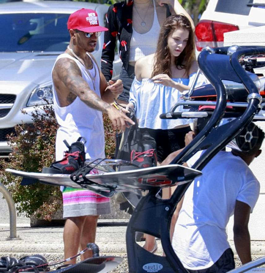 Lewis Hamilton és Palvin Barbara a monacói tengerparton pihent a hét elején, amikor a lesifotósok lefényképezték őket.