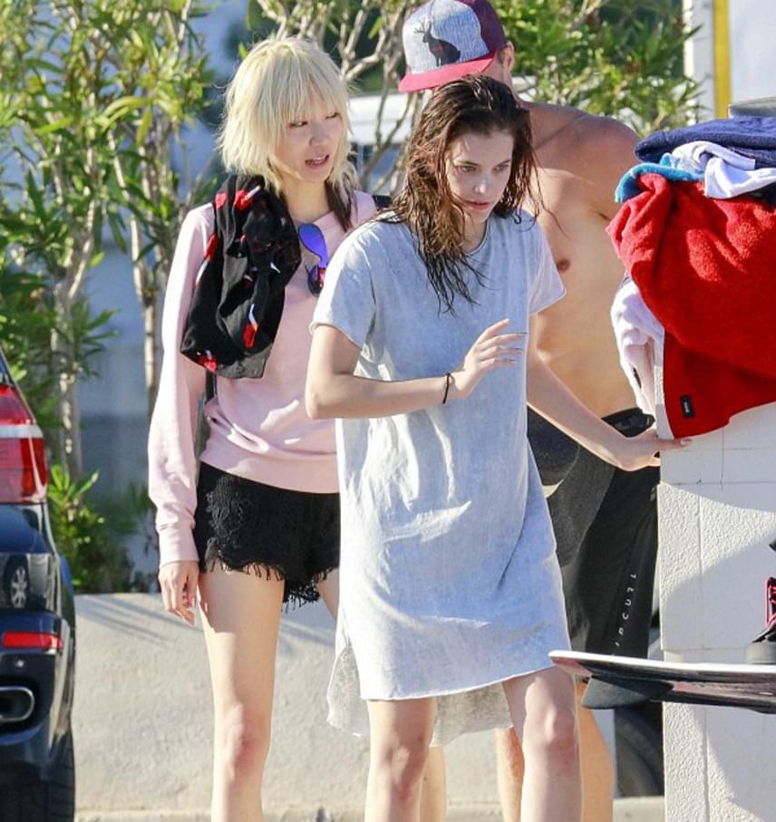 A magyar modell egy sima szürke pólóban sétálgatott a strandon, de ezzel az egyszerű viselettel is levette a lábáról a külföldi sajtót.