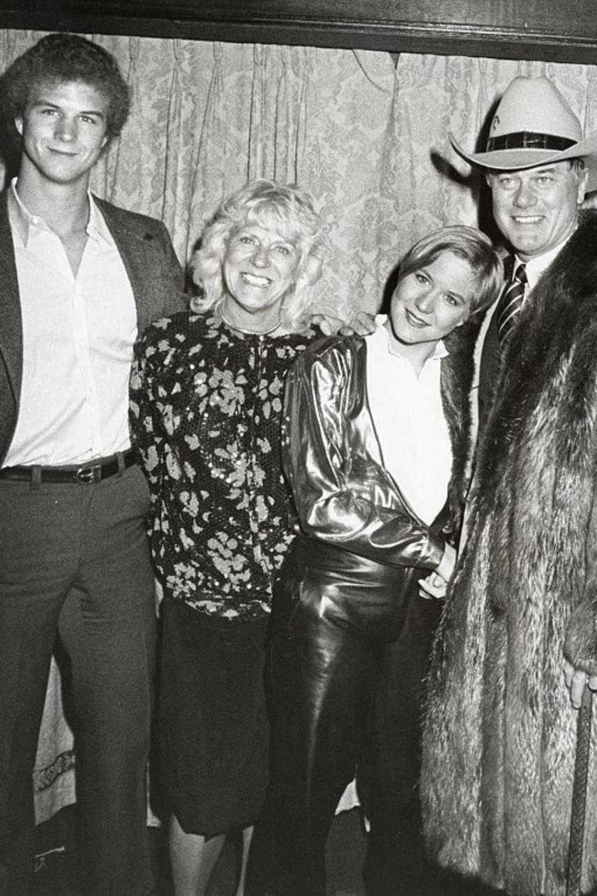 Habár idillikus családnak tűntek a fotókon, a valóságban állandóan káosz uralkodott Larry Hagman körül. Olyan sokat ivott, hogy még a reggeli kukoricapelyhét is Bourbonnel fogyasztotta - ezért szorult májátültetésre 1995-ben.