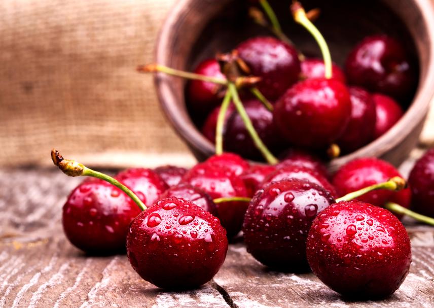 A nyers cseresznye antioxidánsai segítenek megelőzni számos betegséget, míg a rostok teltségérzetet biztosítanak. Ha nagyjából 100 kalóriánál szeretnél megállni, akkor 24 nagy szem cseresznyét ehetsz - természetesen porcukor nélkül.