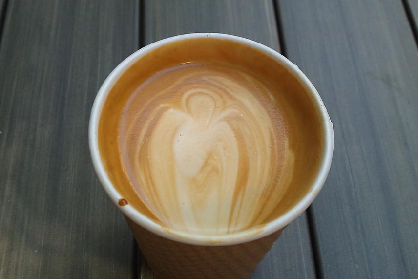 """""""Egyetemistaként nehéz nap elé néztem, de az órák előtt még volt időm kávézni, és lelkiekben felkészülni a megpróbáltatásokra. Amikor beletettem a kávémba a cukrot, és megkevertem, hirtelen egy angyal formálódott ki a csészében a szemem láttára"""" - emlékezett vissza Phil a csodás élményre."""