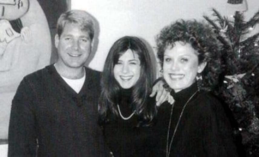 Ezt a fiatalkori fotót a színésznő egyik rajongója osztotta meg a sztár oldalán. Itt még huszonévesen pózoltak édesanyjuk mellett.