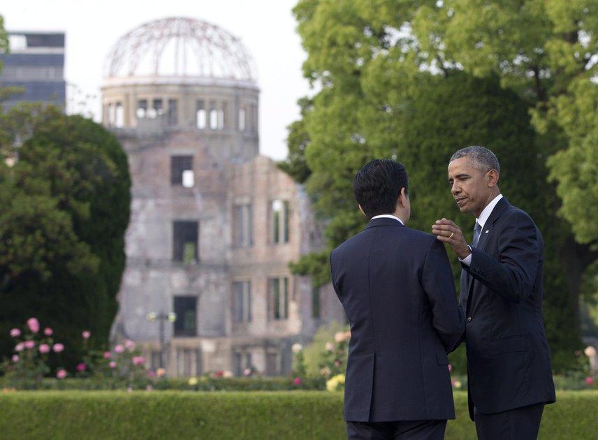Barack Obama a G7-csúcstalálkozó miatt Japánba utazott, és ellátogatott Hirosimába is. Mivel nem kért bocsánatot az atombomba ledobása miatt, csak megemlékezésen vett részt, nagyon sokan támadták. A Béke Emlékparkban, ahol az atomkupola is áll, tüntetők várták őt és Abe Sindzó japán miniszterelnököt.Vietnámban biztosan jobban érezte magát a laza vacsora közben a világhíres szakács Anthony Bourdain társaságában, aki képet is posztolt róla a Facebookon.