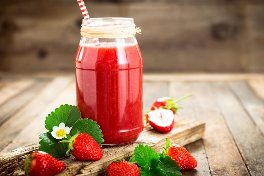 Az eper önmagában fogyasztva is csodás hatással van a szervezetre, ha azonban már nem olyan ép, kissé megnyomódott, vagy régebbi, de még nem romlott, a turmixkészítésre is bátran felhasználhatod. Egy bögre eper mellé tegyél két deci tejet, vagy egy deci tejet és egy deci natúr joghurtot, ha krémesebb állagot szeretnél, illetve egy kiskanál mézet, amennyiben nem tudsz lemondani az édesebb ízről. Még különlegesebbé teheted, ha néhány mentalevelet is leturmixolsz a hozzávalókkal.