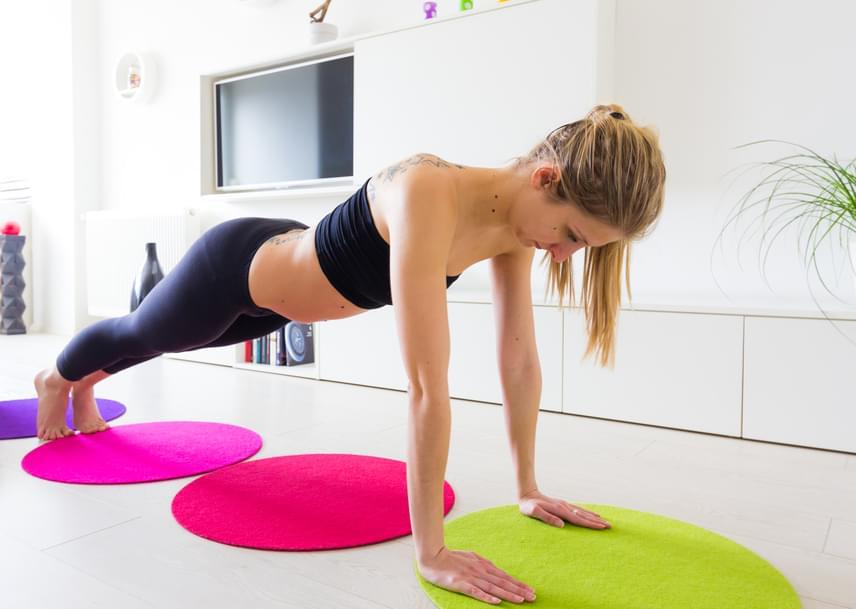 A lebegő tartás a plankhoz hasonlít kissé. Vedd fel a fekvőtámasznál is ismert tartást, vállszélességben tartva a kezeidet, majd ereszd le a mellkasodat a talaj felé kilégzéssel, míg az néhány centire van a matractól. A könyökeid álljanak hátrafelé, a testedhez zárva. Nehezítheted a gyakorlatot, ha több fázisban megállítod a testedet a talaj felé közelítve, míg ha a térdeiden támaszkodsz a lábujjaid helyett, könnyebbé teheted azt. A gyakorlatból három vagy öt ismétlés ajánlott.