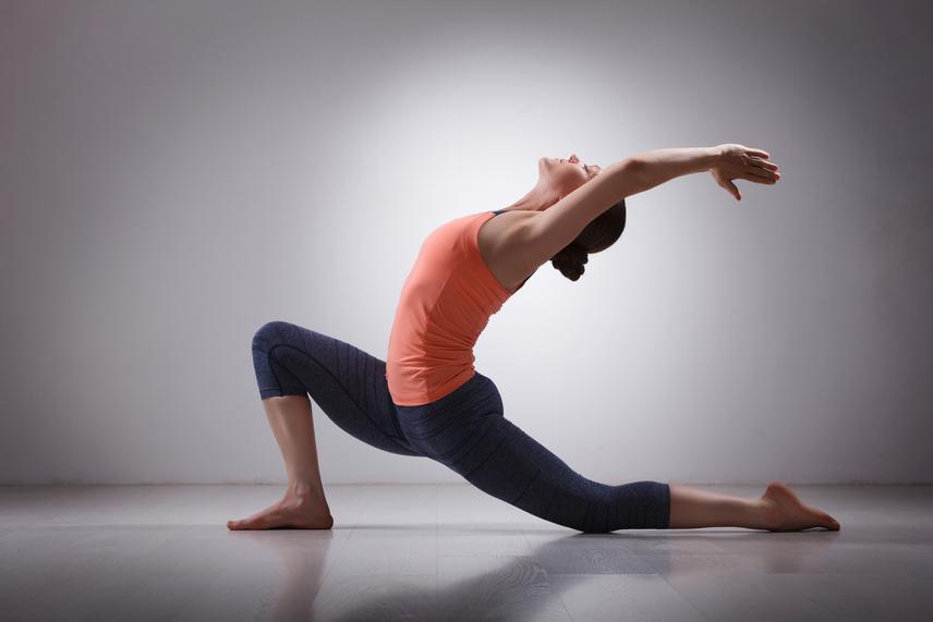 Ha szeretnéd a gyakorlatot nehezebbé tenni, akkor az utolsó tartást követően döntsd hátrafelé a testedet, és nézz az ujjaid felé egy légzésütemig.
