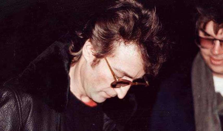 1980. december 8-án John Lennon rajongójának adott autogramot, aki valójában gyilkosa, Mark Chapman volt. A Beatles egykori tagjával öt lövéssel végzett. 40 éves volt.