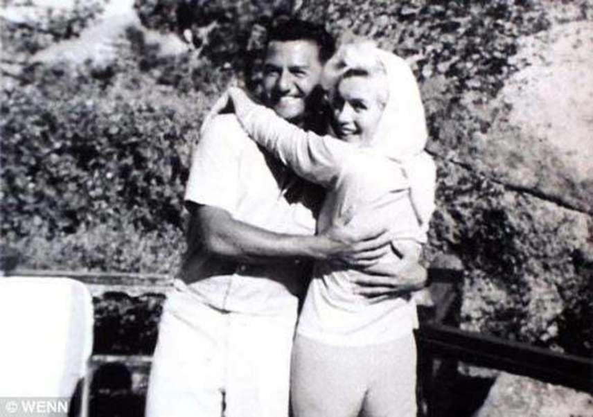 Marilyn Monroe csupán 32 éves volt, amikor 1962-ben elhunyt. Halálát a mai napig rejtély övezi: egyesek azt állítják, öngyilkos lett, mások azonban gyilkosságra gyanakszanak. A legutolsó fotón férjével, Gregoval és Frank Sinatrával (aki a fotót készítette) töltött el egy hétvégét halála előtt.