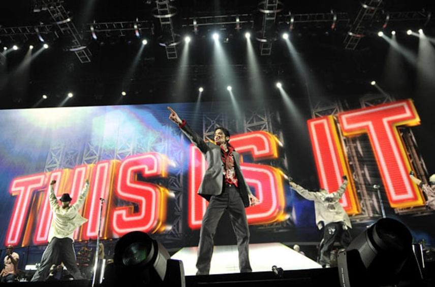 Michael Jackson halála előtt két nappal Los Angelesben, a Staples Centerben izgatottan készült This is it című turnéjára. Senki sem gondolta volna, hogy két nappal később gyógyszer-túladagolásban huny el. A fotót Kevin Mazur készítette.