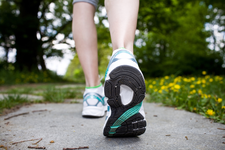 Noha a genetikai hajlam is nagy szerepet játszik a visszerek kialakulásában, nem az az egyetlen felelős. Ha óránként legalább egyszer felállsz, és naponta sétálsz, élénkítheted a lábaidban a keringést, így csökkennek majd a kellemetlen tünetek, sőt, lépcsőzéssel akár a vádlidat is formálhatod!