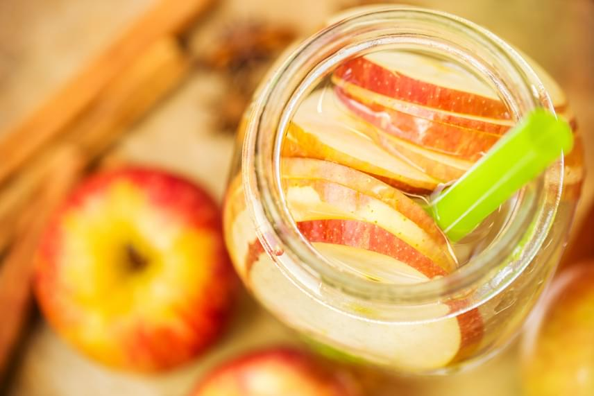 Az alma és a fahéj nemcsak süteményekben remek párosítás, de karcsúsító italokban is. A vékonyra karikázott savanykás almákra friss színük megtartása érdekében kevés citromlevet is önthetsz. Az italhoz használj két almát, egy fél teáskanál fahéjat és tetszőleges mennyiségű citromot, így egy étvágyat apasztó, isteni üdítőt kapsz.