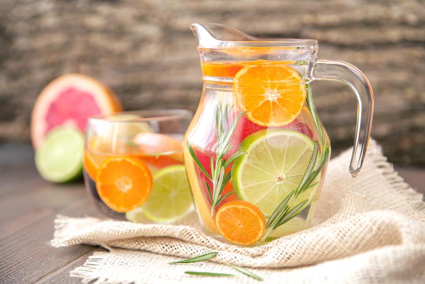 A citrusok ízekkel, vitaminokkal és antioxidánsokkal töltik fel a vizet. Savanykás ízük ráadásul remekül elveszi a szomjat és az éhséget is. Karikázz fel egy fél zöldcitromot, egy narancsot, és szórd melléjük a kancsóba egy negyed grépfrút tisztára pucolt húsát. A grépfrút héját azonban ne tedd a vízbe, mert attól keserű lesz.