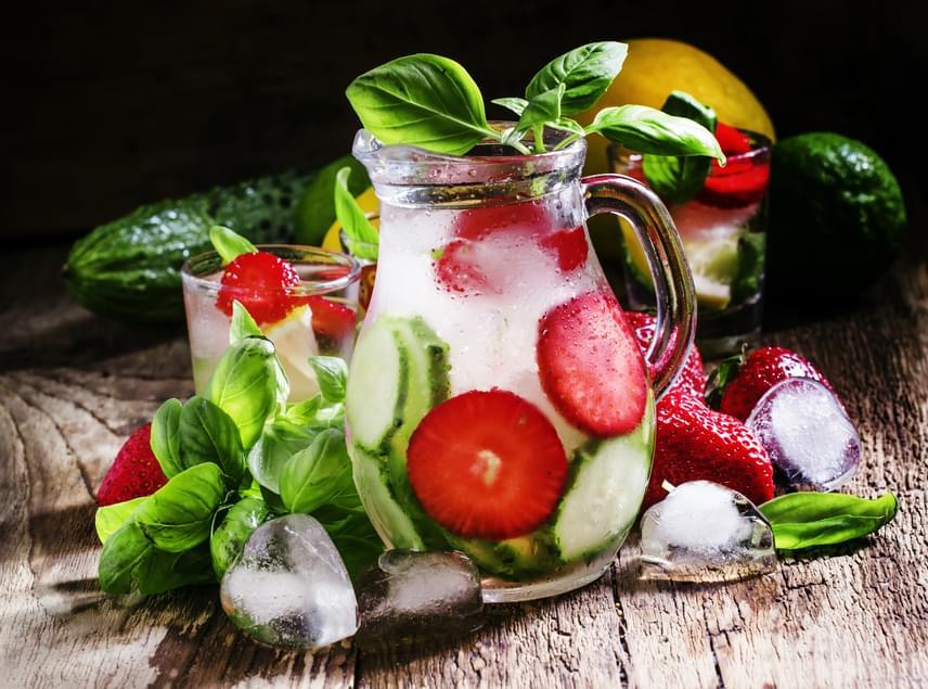 Az eper antioxidánsai, vitamintartalma és izgalmas íze miatt kivételesen népszerű. Ha fogyókúrás vizet szeretnél belőle készíteni, elég mindössze egy marékkal tenni az italba, hogy az átvegye a gyümölcs aromáját és jótékony hatásait. Ízletes kombináció az eper és az uborka, de kipróbálhatod a citromot, a gyömbért, a kivit vagy zöld teát is az eper párjaként. Érdemes ezek közül legfeljebb hármat használni egy receptben, így elkerülheted a zavaros ízvilágot.