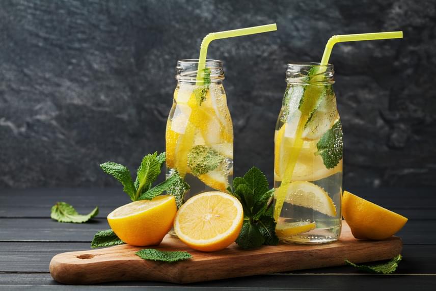 A citrom íze nemcsak felüdít, de az éhséget is csökkenti. A gyümölcs bővelkedik C-vitaminban és antioxidánsokban, melléje pedig remek párosítás a hűvös ízű menta, mely szintén étvágyűző hatással bír. Nagyjából másfél liter vízhez fél citrom és egy teáskanál menta bőségesen elég.