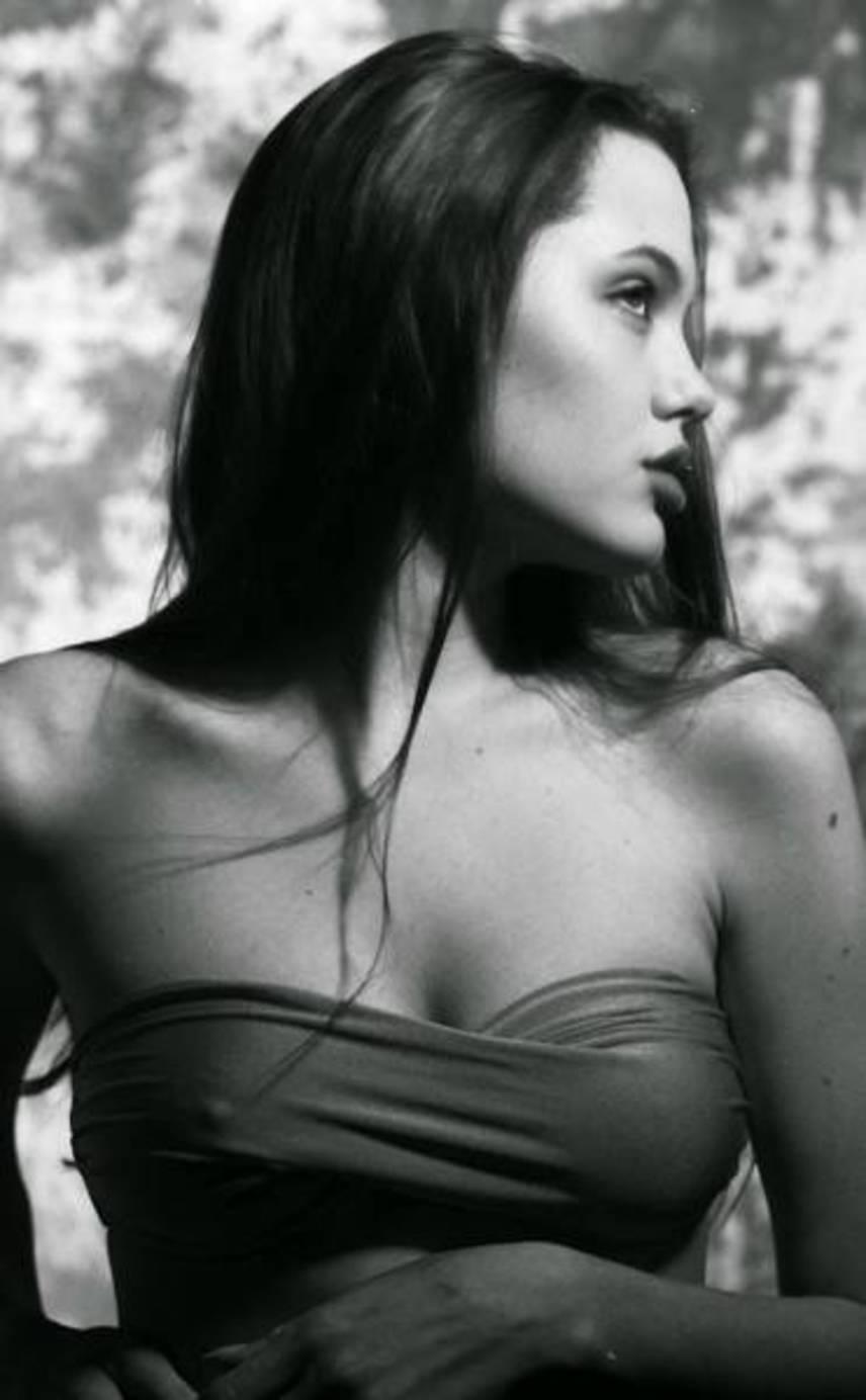 Már 15 évesen is elképesztően gyönyörű volt Angelina Jolie. A 41 éves színésznő bikinis fotókhoz állt modellt, amelyeket Harry Langdon készített.