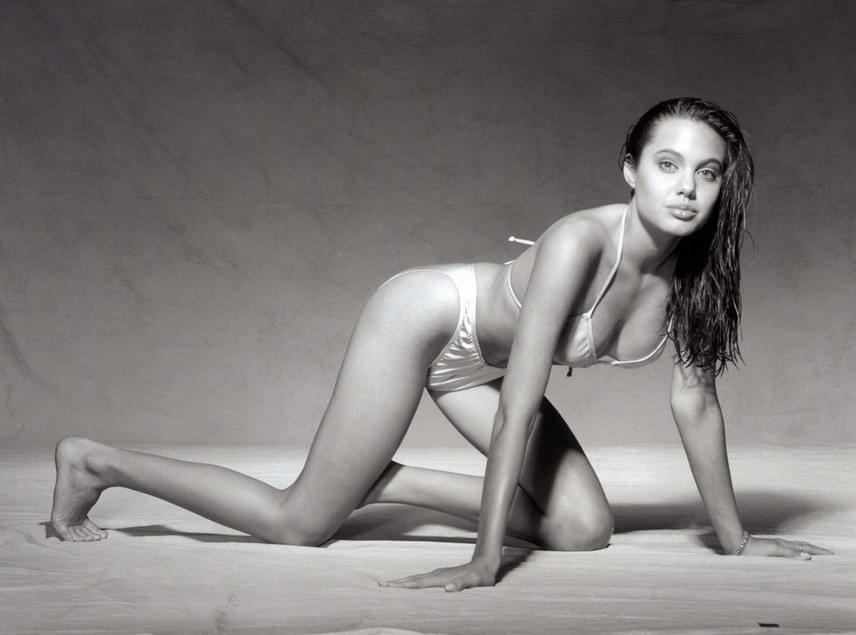 Angelina Jolie korán érő típus volt, 15 évesen már belekezdett karrierjébe a szórakoztatóiparban: színészkedett és modellkedett is.