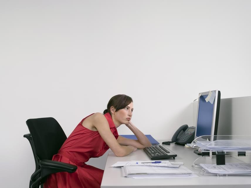 Noha szinte túl egyszerű megoldásnak tűnik, mégis egészen jól működik, ha foglalkozol a tartásoddal. Ha túlzottan előreejted a vállaidat, a mellkörnyéki bőr megereszkedik, így kisebbnek tűnnek a cicijeid, ha viszont szépen kihúzod magadat, máris sokkal előnyösebbnek mutatkozik az alakod. Amennyiben problémát okoz számodra az egyenes testtartás, kérj tanácsokat egy orvostól, hogy milyen gyakorlatokkal erősítheted meg az izmaidat ezen a területen.