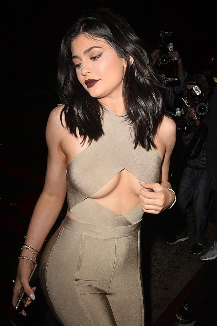 Kylie még csak 19 éves, de már igyekszik túllicitálni híres nővéreit merészségben. Közösségi oldalán többen meg is jegyezték, hogy ennyi idősen még nem kellene így mutogatnia magát.