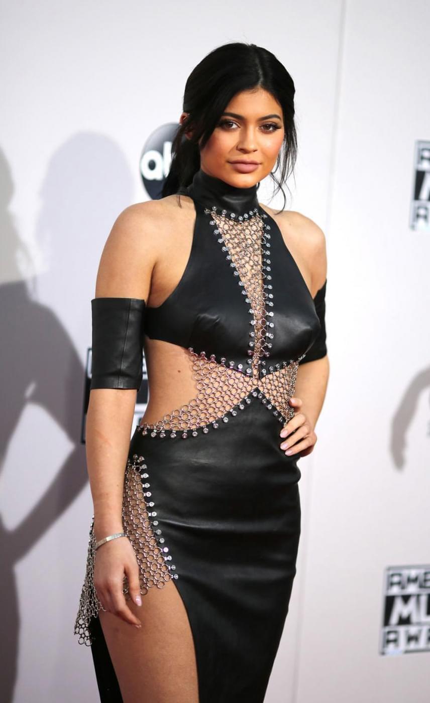 Az American Music Awards díjkiosztó gála vörös szőnyegén igazi vad csajként vonult végig - nagy bátorság kellett egy ilyen rockos szerelés viseléséhez.