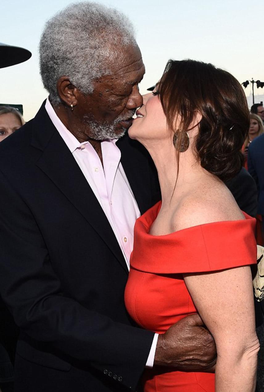 A 79 éves Morgan Freeman odabújt csinos kolléganőjéhez, Marcia Gay Hardenhez, akivel a fotósok szeme láttára váltott csókot. Azt nem tudni, mi van pontosan kettejük között, együtt érkeztek-e a vörös szőnyeges eseményre, azonban mindkettejükről tudni, hogy egyedülállóak.