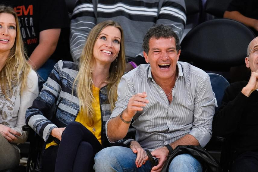 A párt néhány hete egy kosárlabdameccsen kapták lencsevégre. Lányok ide vagy oda, a sporteseményt azért láthatóan jobban élvezte Antonio Banderas.