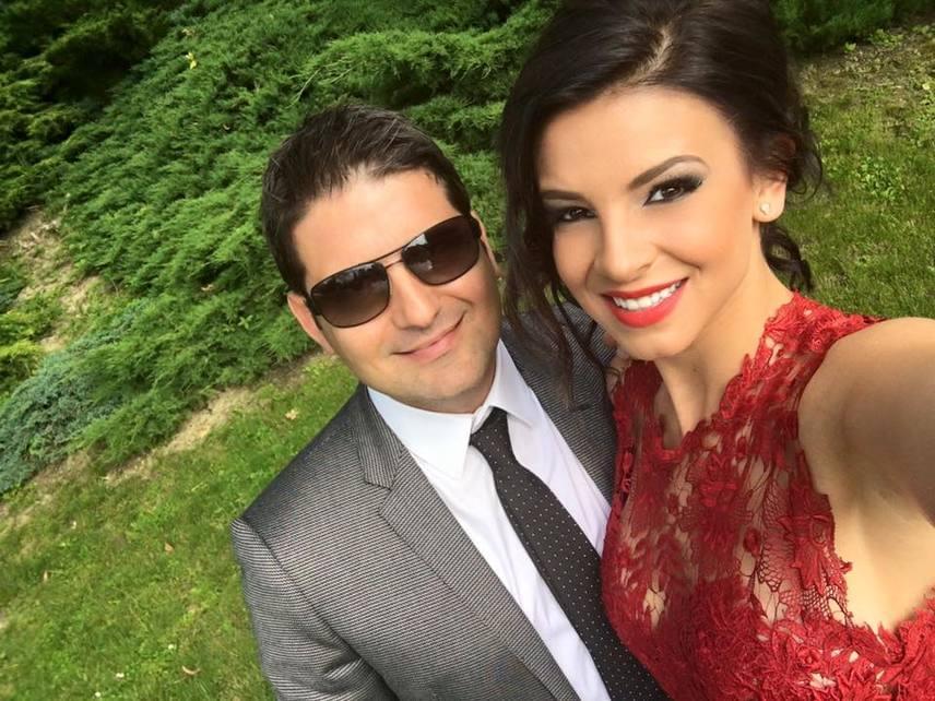 A kommentelők csak a ruha színén háborogtak - szerintük illetlenség pirosat felhúzni egy esküvőre.