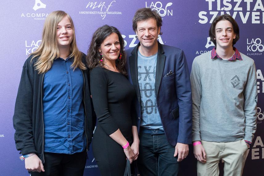 Till Attila Tiszta szívvel című filmjének májusi bemutatóján feleségével, illetve két nagyobb fiával, Simonnal és Andorral - utóbbi apja kiköpött mása.