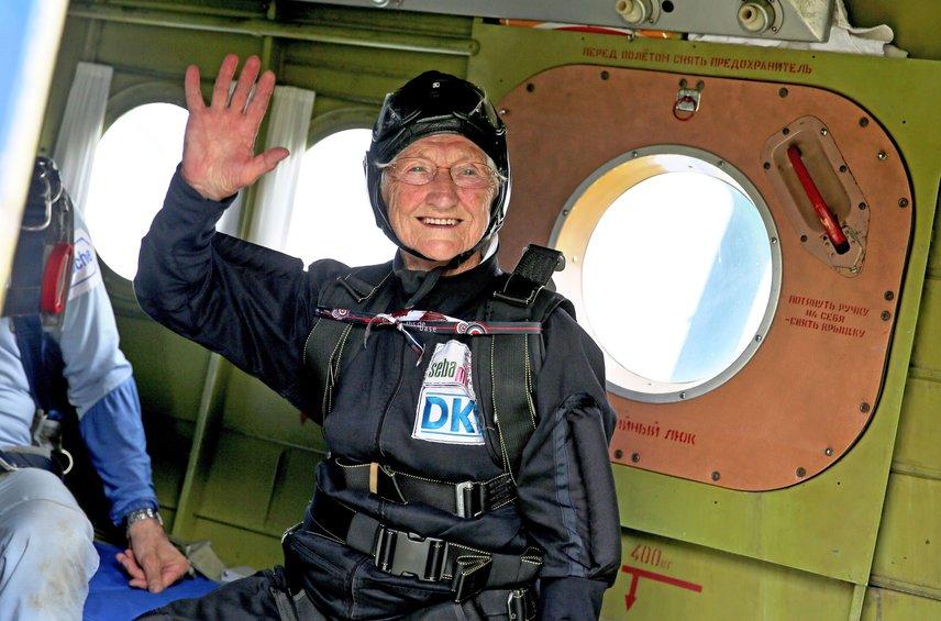 Valaki a 90. születésnapján lepte meg az ejtőernyős ugrással, ami boldogan vállalt.