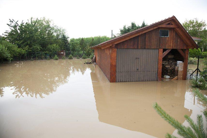 A Zalaegerszeg-Keszthely vonalban pincéket, mélyebben fekvő ingatlanokat öntött el a víz és a sáros áradat.