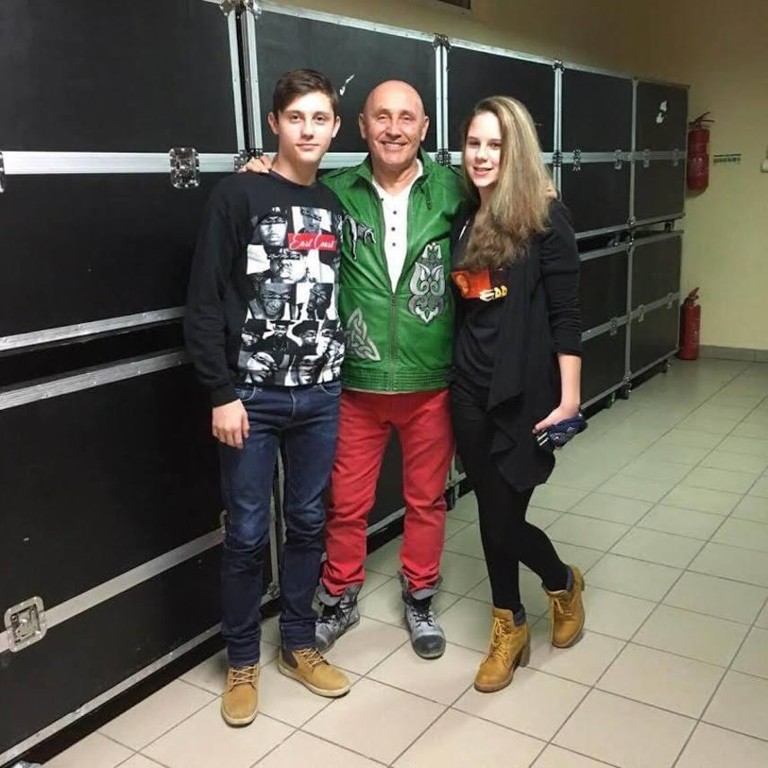 A 64 éves Pataky Attila kisebbik fia, akit az énekes egyszerűen Acsának becéz, 2003-ban látta meg a napvilágot, ekkor a rockzenész már betöltötte az 50-et. Egy évvel később nagypapa lett, nagyobbik fiának, Gergőnek ugyanis megszületett Lili nevű kislánya.