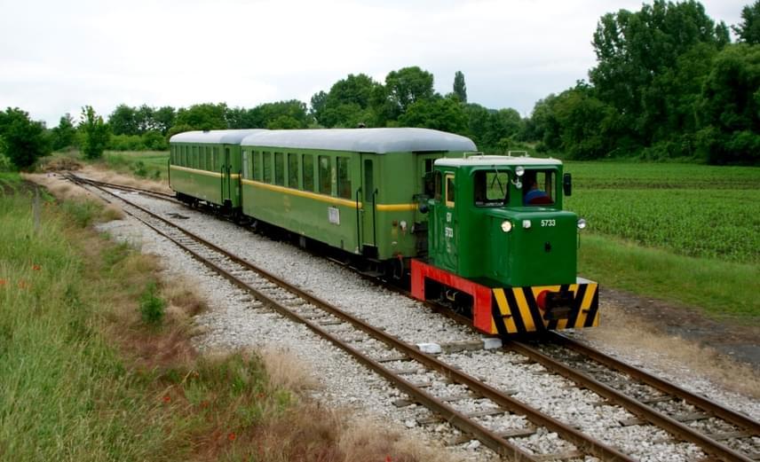 Tudtad, hogy a Balatont kisvonattal is megközelítheted? Igaz, csak Somogyszentpál felől. A Balatonfenyvesig közlekedő kisvasút az utolsó keskeny nyomtávolságú gazdasági vasút, amely egykor több vonalból állt, mára azonban csak ez a 14 kilométer hosszú szakasz maradt meg belőle. A viszonylatra a teljes árú jegy mindössze 235 forint.