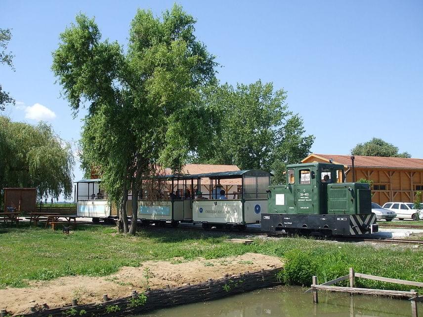 A Hortobágy-halastavi Kisvasút vonala a Hortobágyi Nemzeti Park területén húzódik végig a halastavak környékén. Régen a haleledel és a kifogott halak szállítására használták, 2007 óta az utazások célja elsődlegesen a védett vízimadarak és a mesés hortobágyi világ bemutatása az érdeklődők számára. A teljes árú menettérti jegy 1400 forintért vásárolható meg a vonatra.