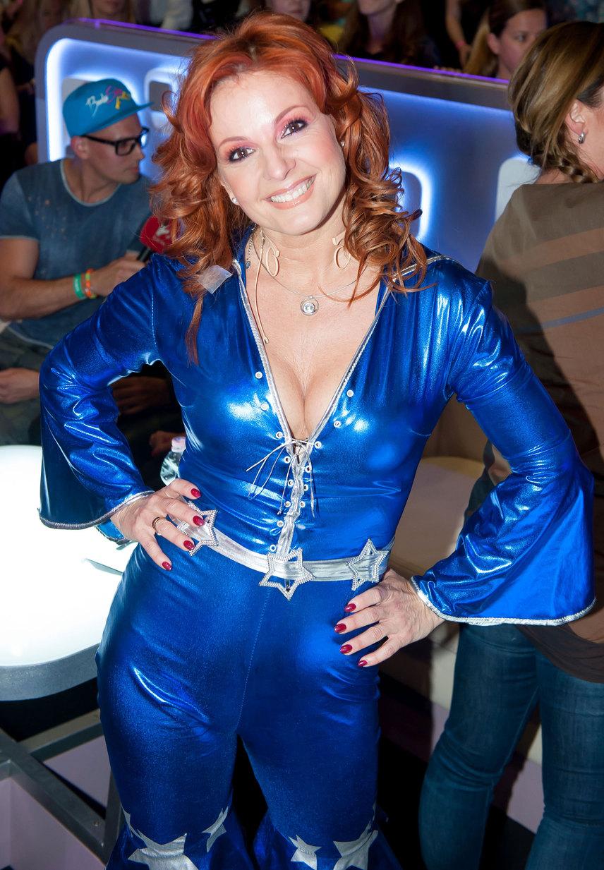 Keleti Andrea a hetedik adásban az ABBA egyik slágerét adta elő partnerével, valamint Berkivel és Fésűs Nellyvel. Ebben a kék latexruhában minden szem merész dekoltázsára szegeződött.