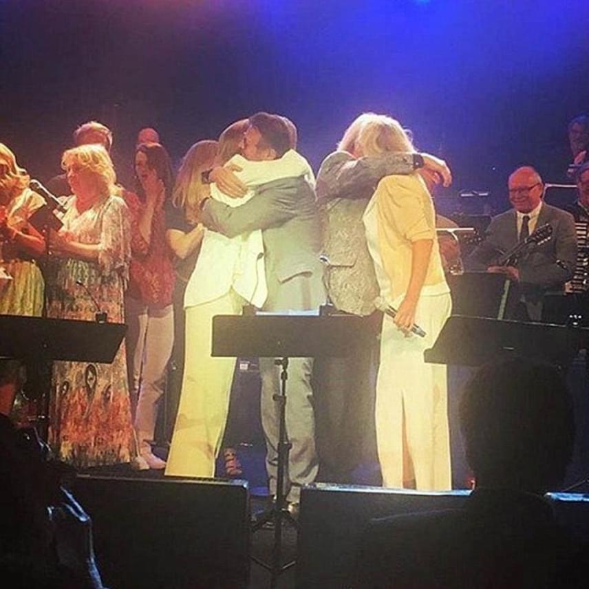 A koncert végén egymás nyakába is borultak az egykori tagok: Frida szerint mindannyiukat megrohanták a régi emlékek.