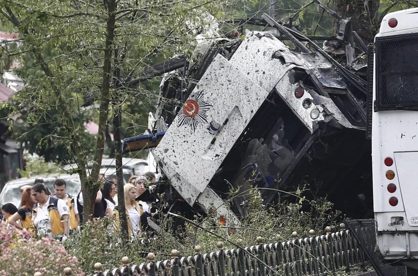 A robbantás után állítólag lövöldözés is volt, de ezt hivatalosan nem erősítették meg.