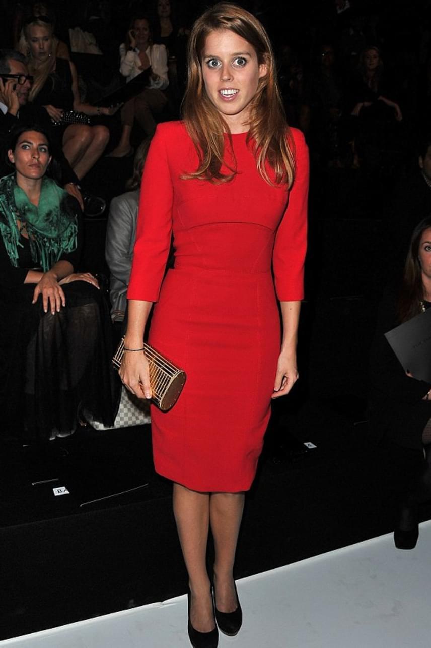 A piros a hercegnő kedvenc színei közé tartozik, a párizsi divathétre is ilyen színű ruhát választott - ami szintén remekül állt rajta.