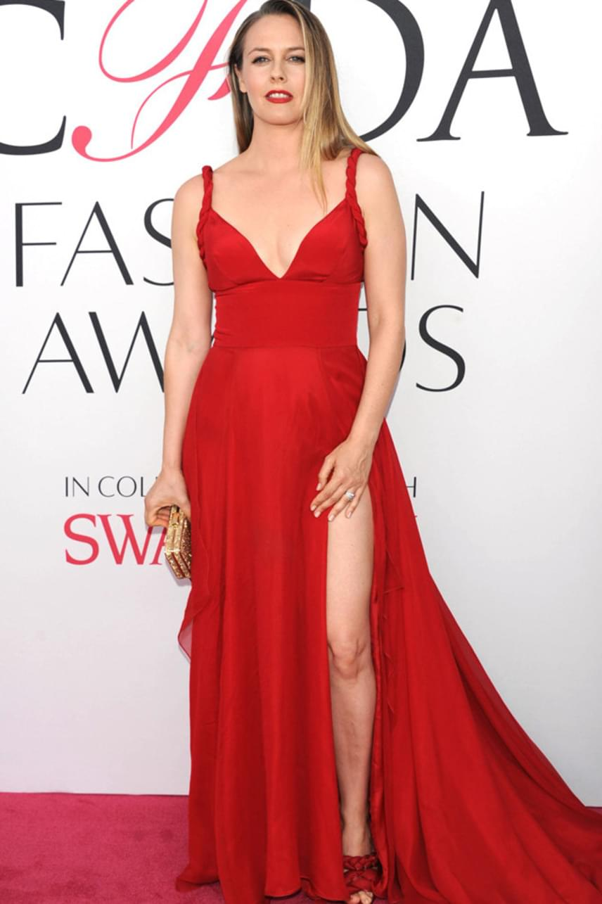 Tűzpiros ruhájában kiragyogott a tömegből a 39 éves színésznő, aki még szexi combjait is megvillantotta ebben a merész kreációban.