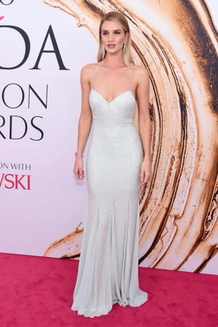 A gyönyörű modell, Rosie Huntington-Whiteley hozta a tőle elvárt szintet. Hófehér estélyi ruhájában a díjátadó egyik legszebbje volt.