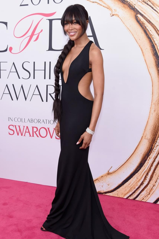 Naomi Campbell már 46 éves, de legalább 20-at letagadhat. Merész ruhájában káprázatosan festett a vörös szőnyegen.