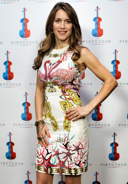 Ez a Versace koktélruha és a műsorvezető jobb kezén látható ékszer is megér egy-egy külön pillantást.