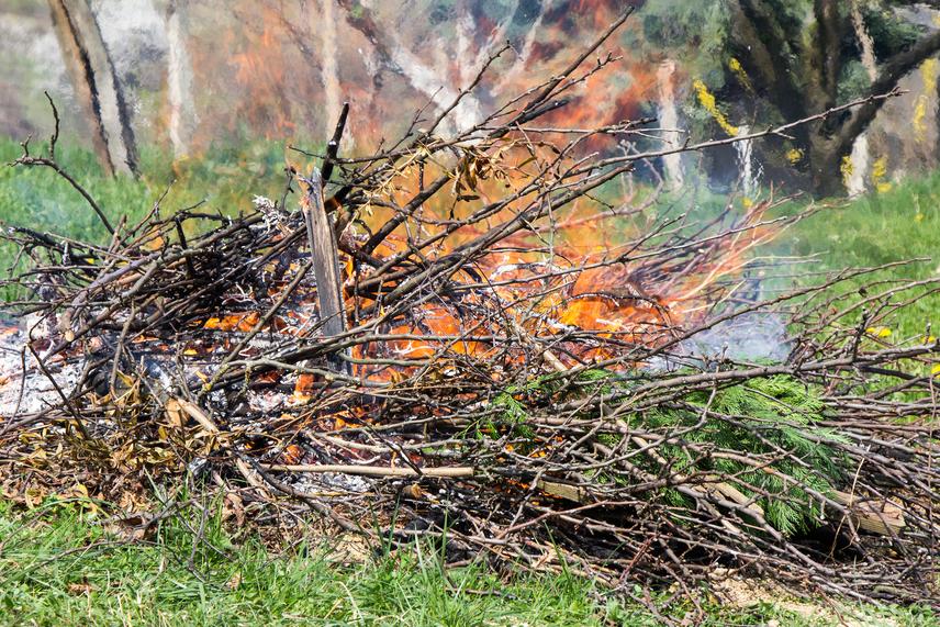 Nagyon fontos tudni, hogy a szabadban való égetést alapvetően tiltják a jogszabályok. A belterületi hulladékégetés tilos, a kerti zöldhulladék égetésére pedig csak ott van lehetőség, ahol ezt önkormányzati rendelet megengedi, de ott is csak az előírt módon és időben, kizárólag szélcsendben, ha pedig feltámad a szél, annak erősségétől függően a tüzet azonnal el kell oltani. Ha a helyi rendelet engedélyezi a kerti hulladék égetését, fontos, hogy az olyan helyen történhet csak, ahol a hősugárzás a személyi és vagyonbiztonságot nem veszélyezteti, vagyoni és környezeti kárt pedig nem okoz. A lehetőségekről, illetve a biztonsági feltételekről mindenképp érdeklődj a helyileg illetékes önkormányzatnál.