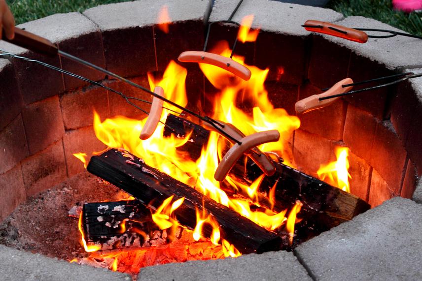 A tűzön történő sütés is megengedett a kertekben, hasonló feltételek mellett, mint előbbi esetben. Fontos továbbá, hogy csak akkora tüzet rakj, melyet a rendelkezésre álló eszközökkel, erőkkel el lehet oltani - legyen készenlétben víz, vödör, homok, lapát. Az összegyűjtött égetnivalót lehetőleg egy gödörben vagy süllyesztett vashordóban, esetleg műszakilag megfelelően kialakított sütőhelyen kell elhelyezni, vagy körbe kell árkolni a tűzgyújtás előtt, a sütőhely kialakításánál pedig fontos, hogy a környezetére tűzveszélyt ne jelentsen. Tilos a tüzet őrizetlenül hagyni, a gyerekeket ki kell oktatni a tűz veszélyeire, a szabadtéri főzéshez, sütéshez használt eszközök telepítése során pedig figyelni kell arra, hogy azok stabilan kerüljenek megépítésre.